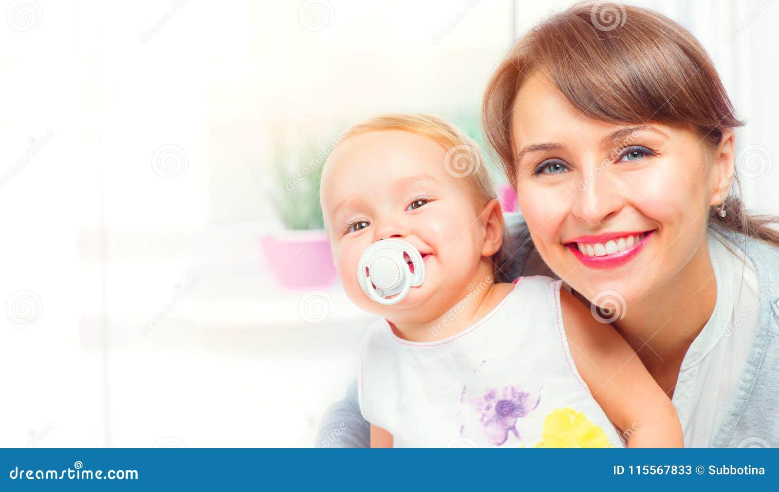 Familia feliz en el país Madre y su pequeña hija junto Concepto de maternidad