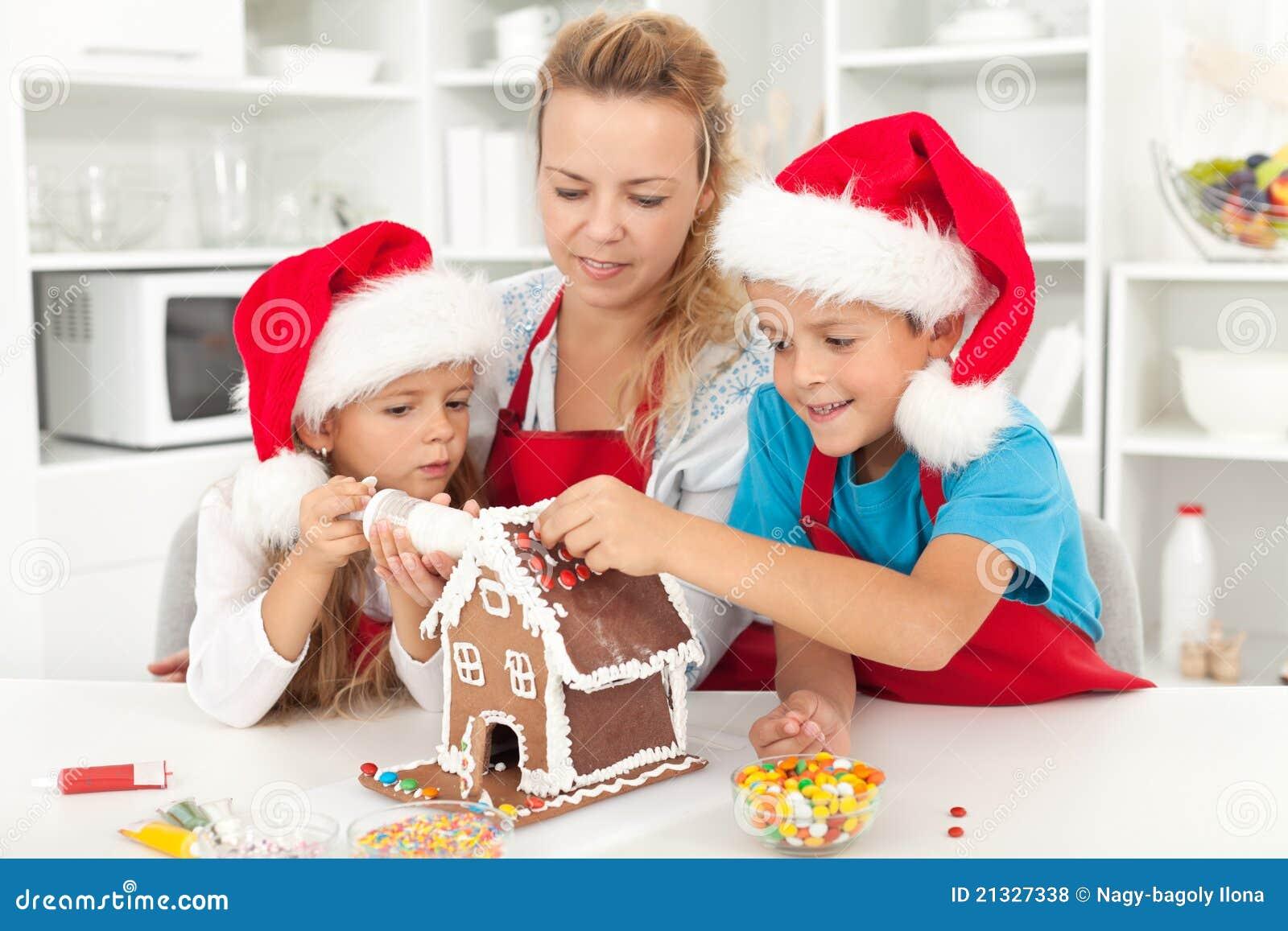 Familia feliz en el tiempo de la Navidad en la cocina