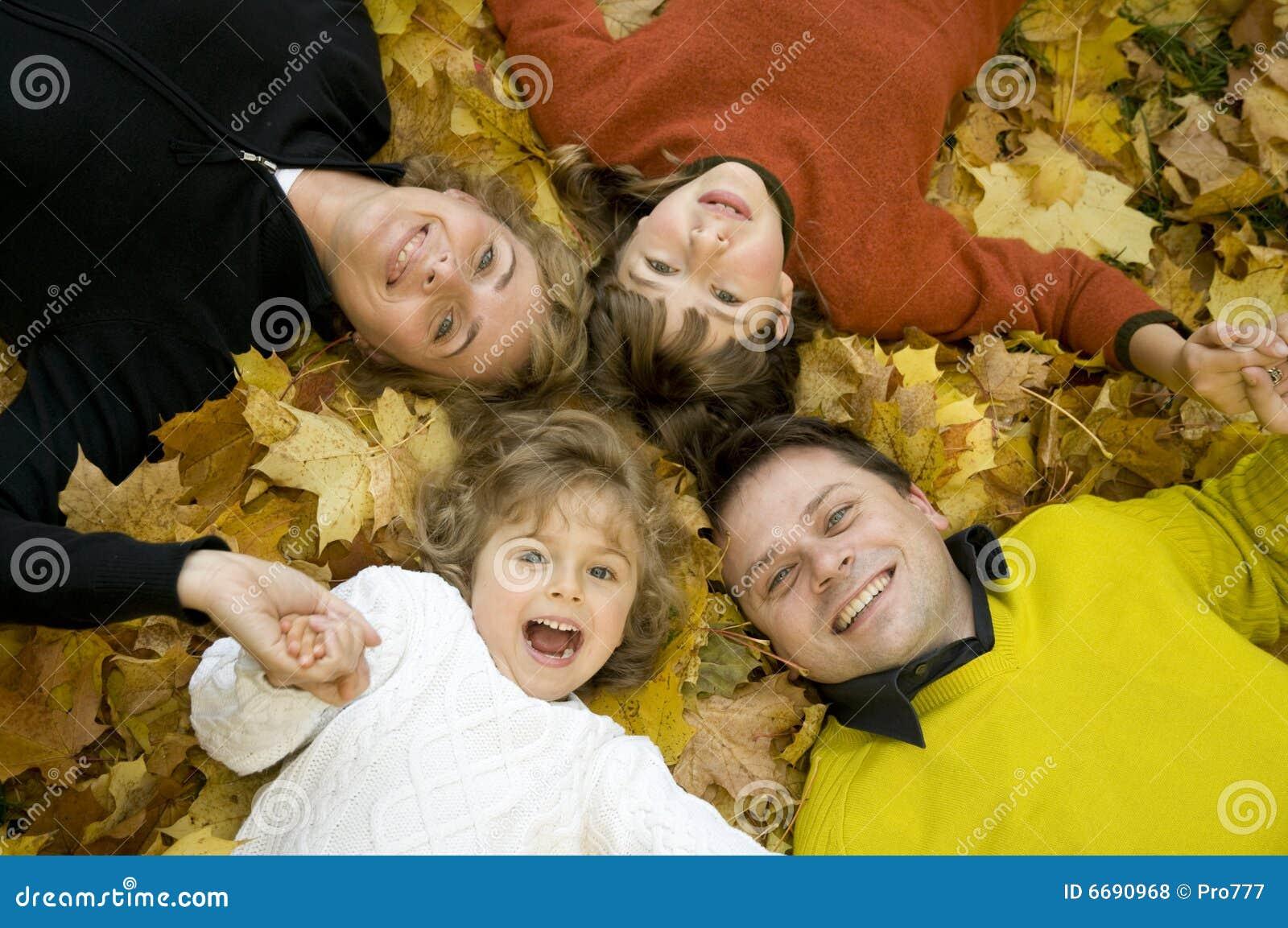 Familia feliz en el tiempo del otoño