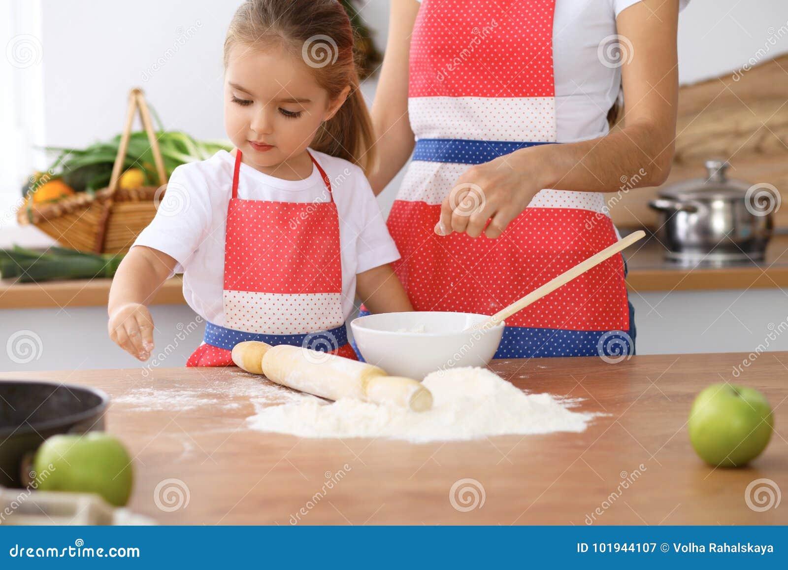 Familia Feliz En La Cocina Hija De La Madre Y Del Niño Que Cocina La ...