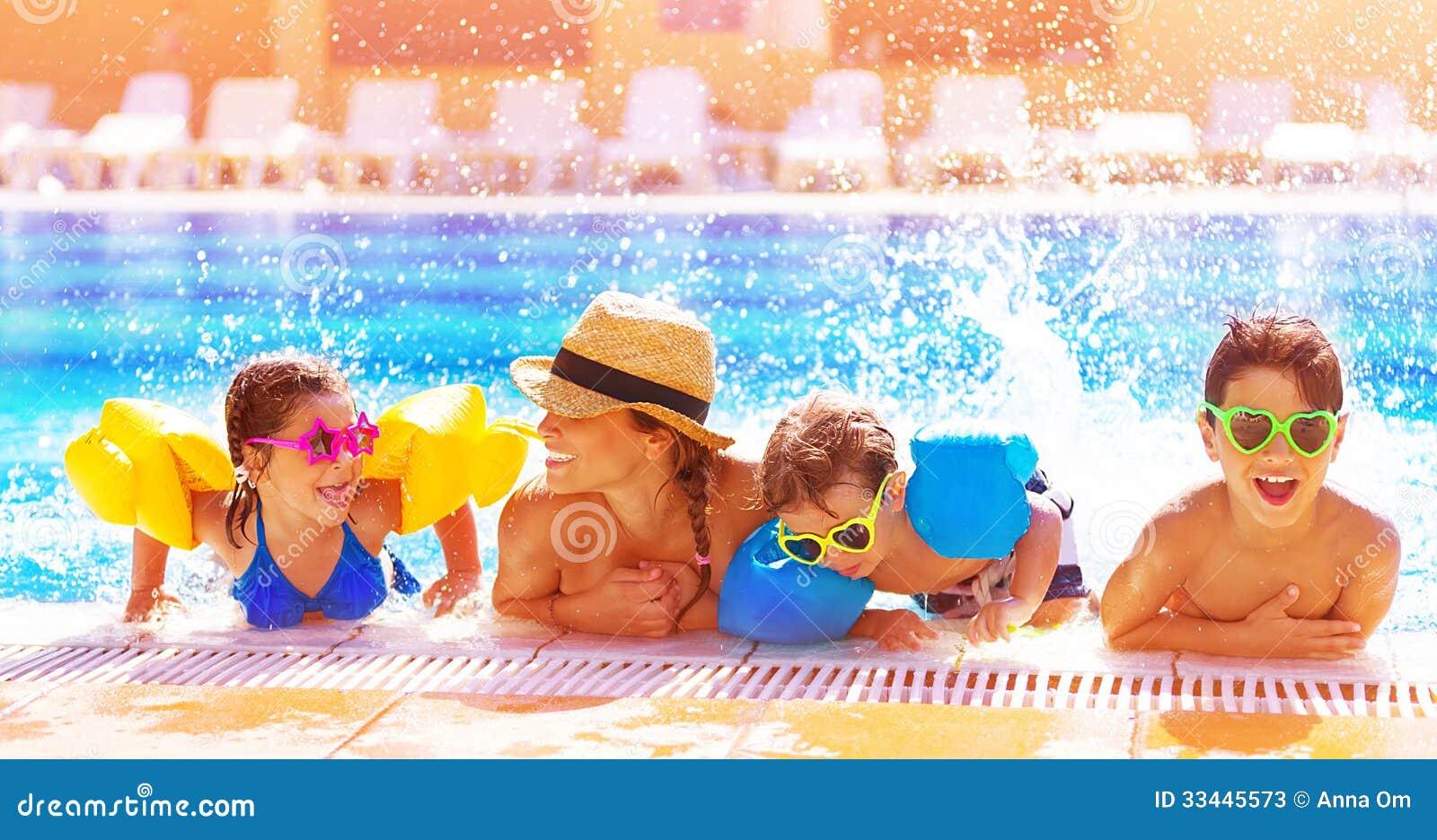 Familia feliz en la piscina fotos de archivo imagen for Fotos follando en la piscina