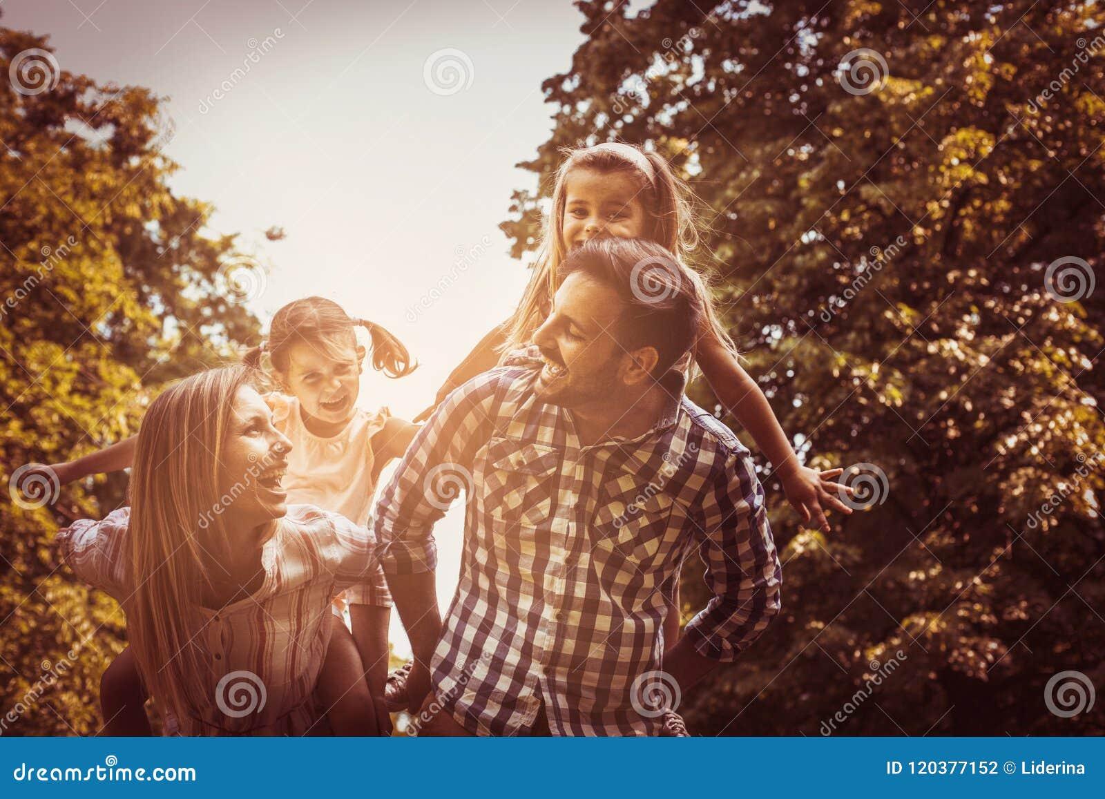Abuelos Guarros familia feliz en naturaleza padres que llevan a su hija en