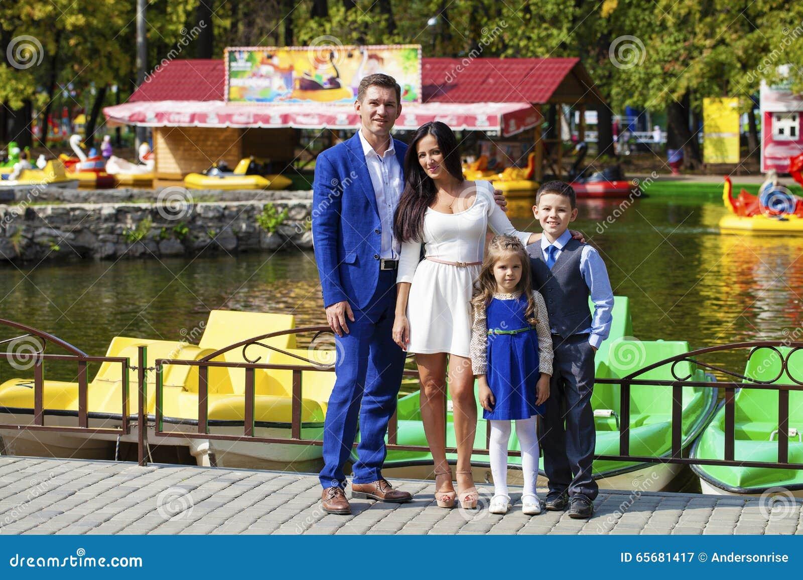 Familia feliz en parque del otoño