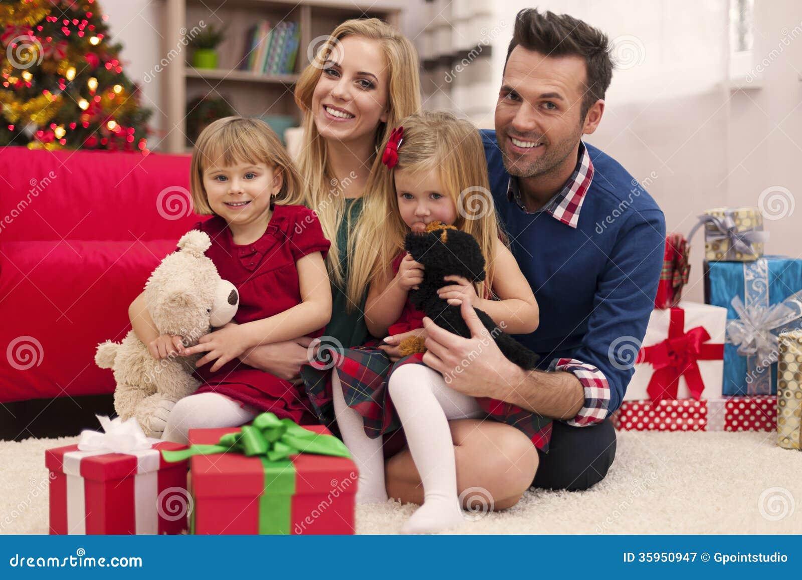 Familia feliz en tiempo de la Navidad