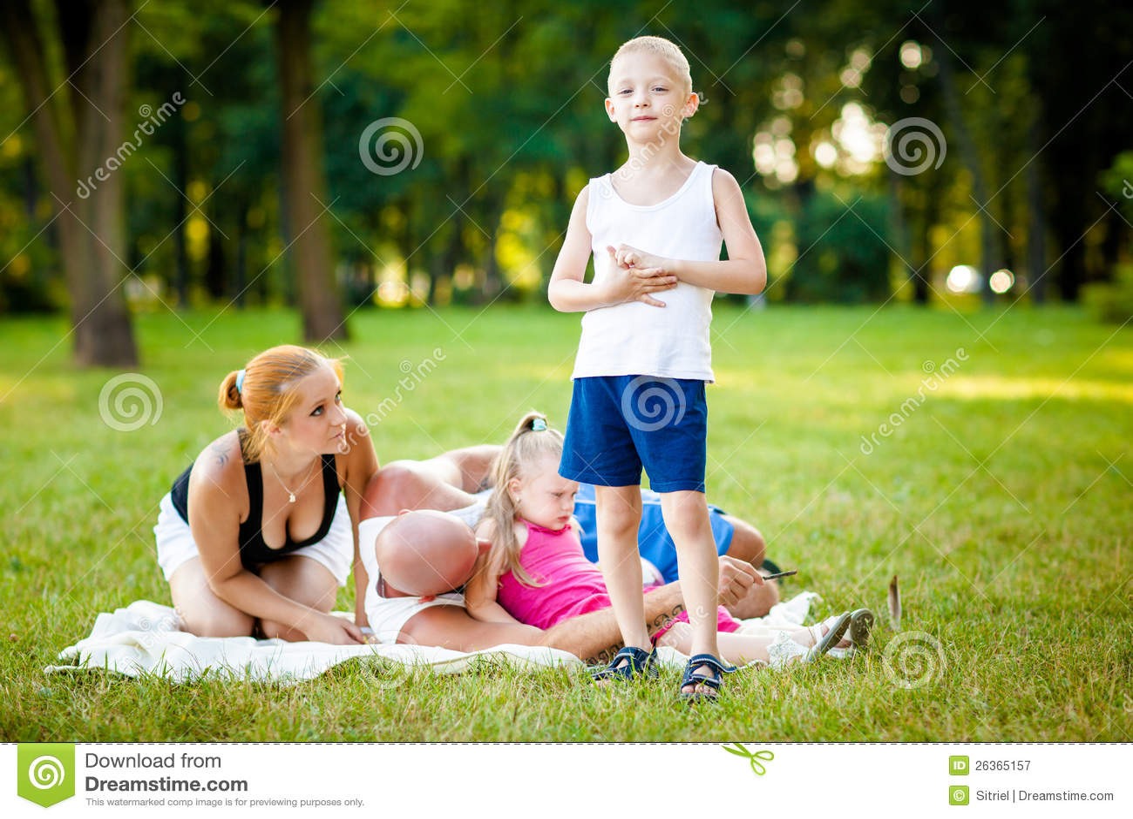 Familia feliz en un parque