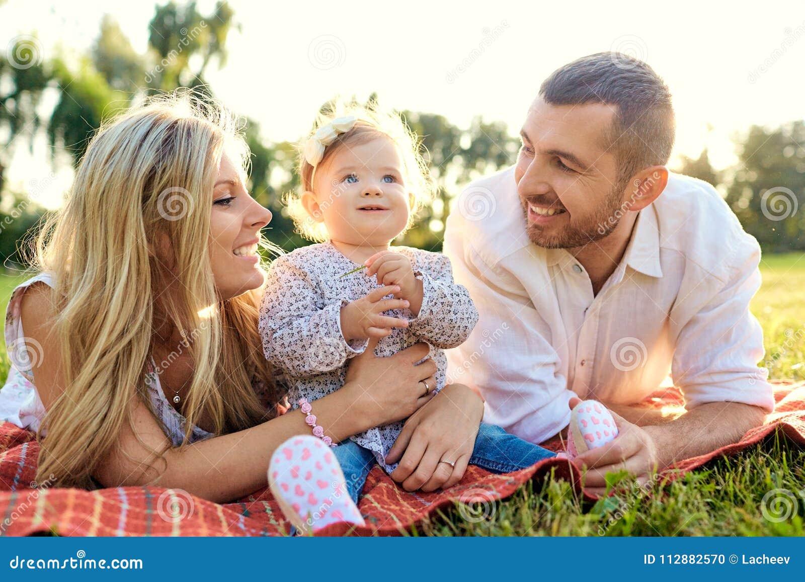 Familia feliz en un parque en otoño del verano