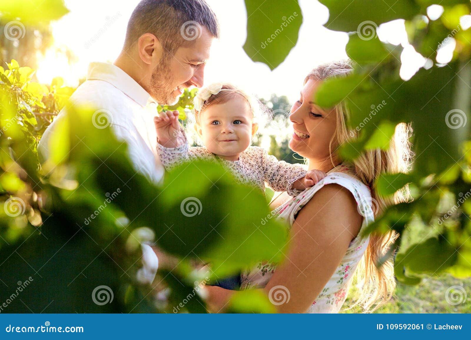 Familia feliz en un parque en verano