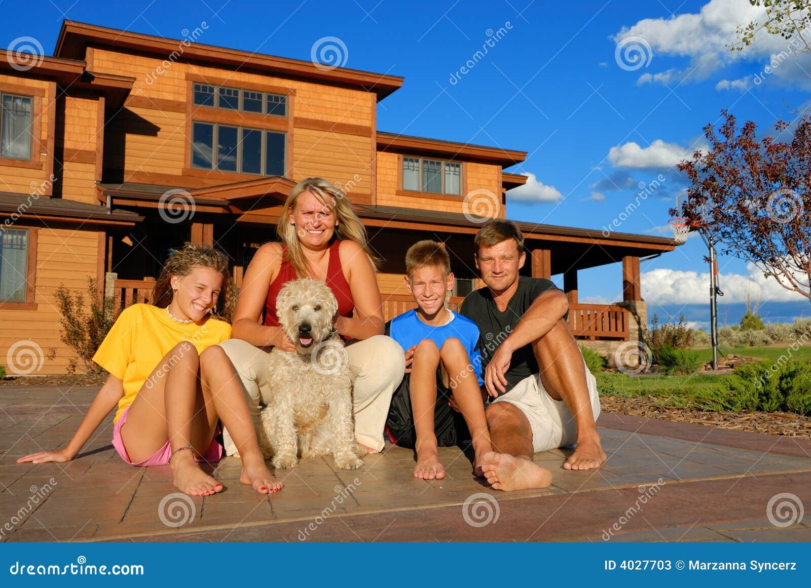 Familia feliz fuera de la casa fotos de archivo imagen for Colores de casa para afuera