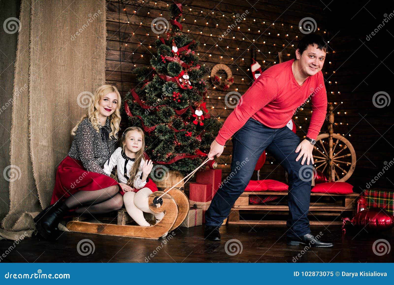 Familia Feliz Hermosa Con El Trineo Del Invierno De La Navidad En El