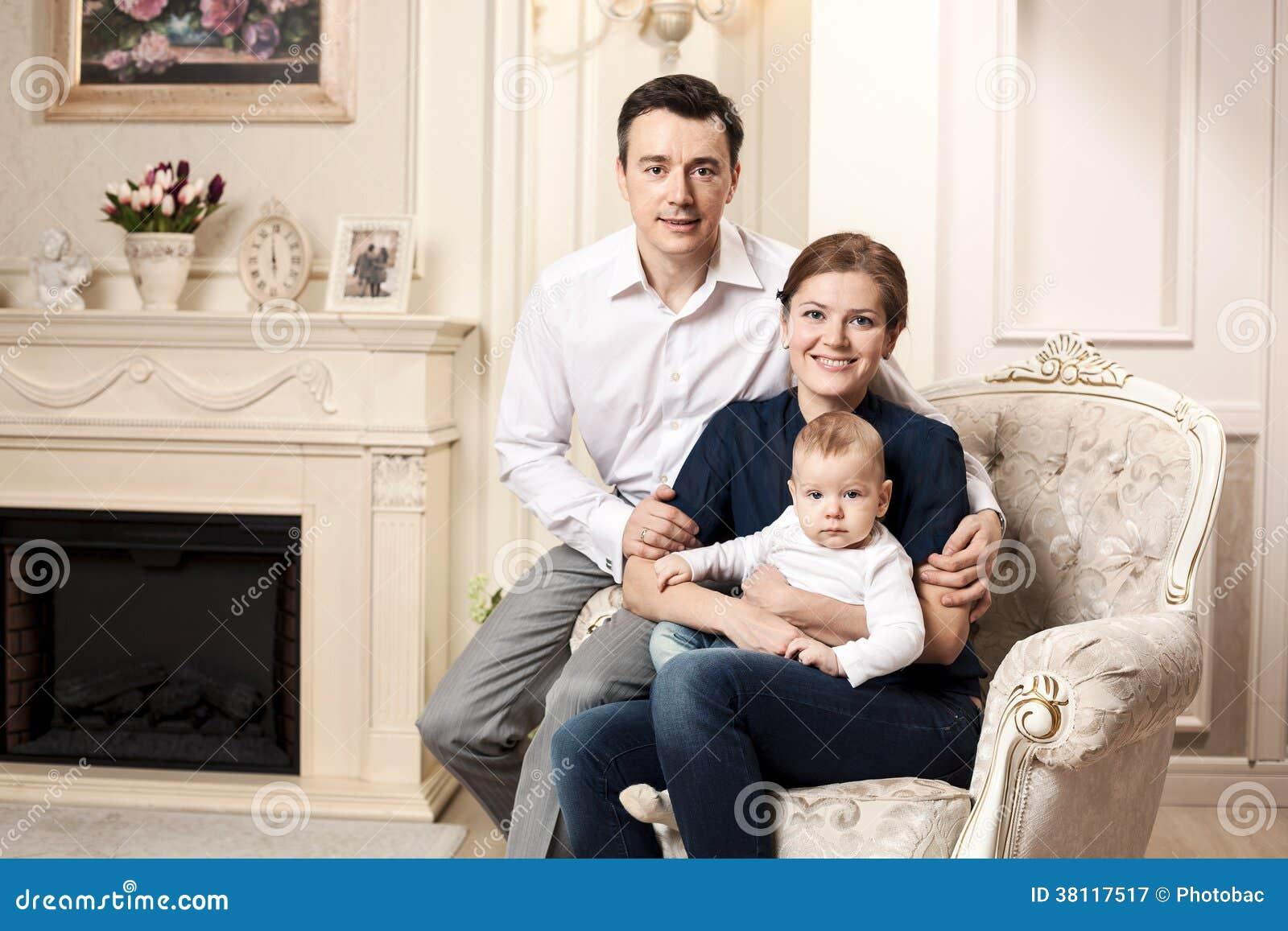 Familia feliz joven con un bebé dentro