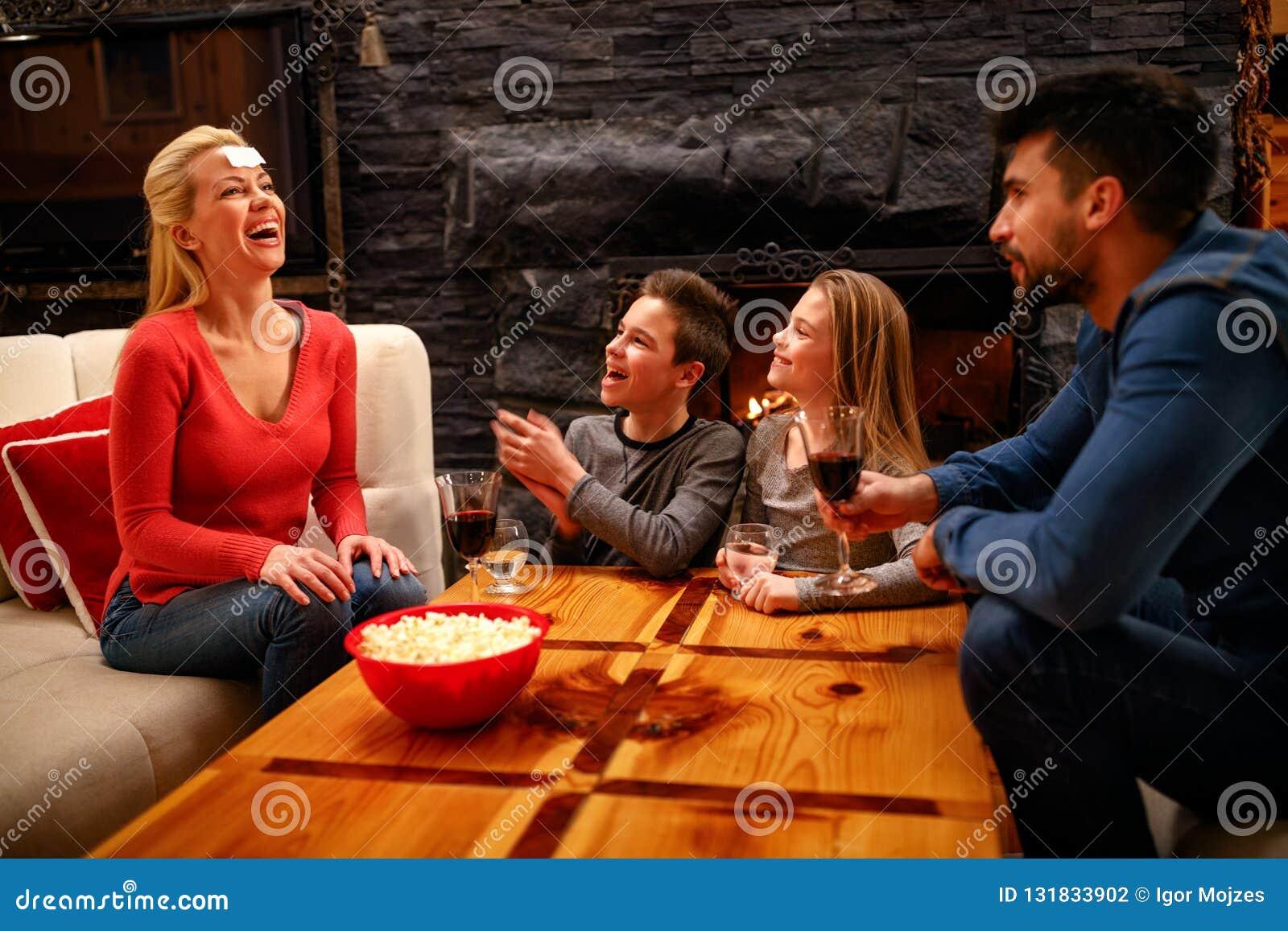 Familia feliz Padre, madre y niños jugando a un juego
