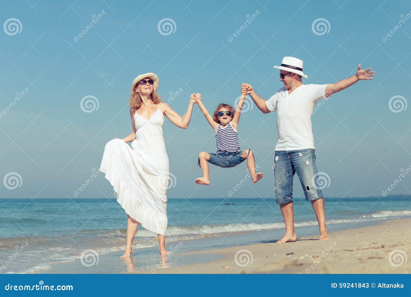Download Familia Feliz Que Camina En La Playa En El Tiempo Del Día Imagen de archivo - Imagen de sano, teniendo: 59241843