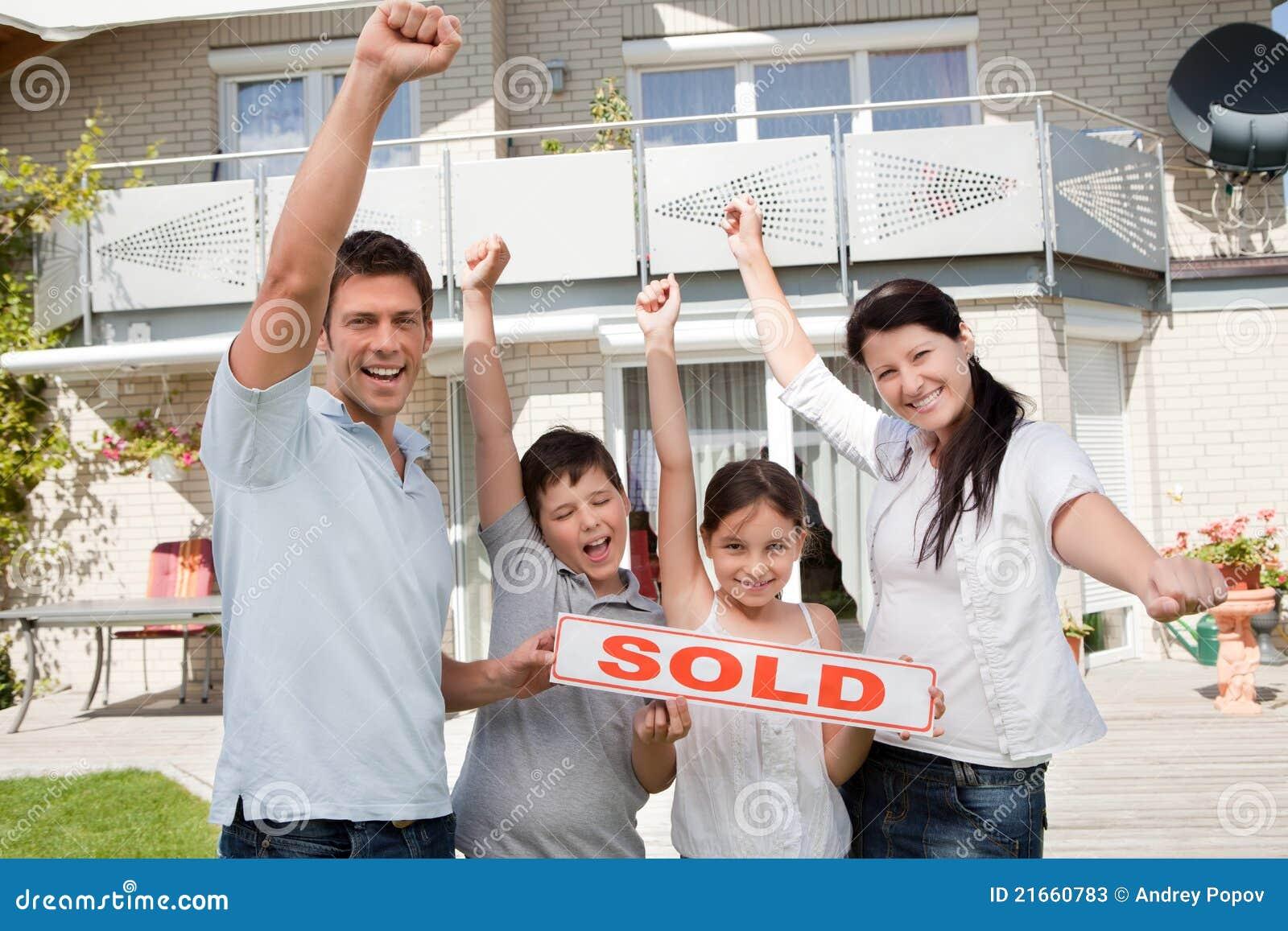 Familia Feliz Que Celebra Comprando Su Nueva Casa Fotos De