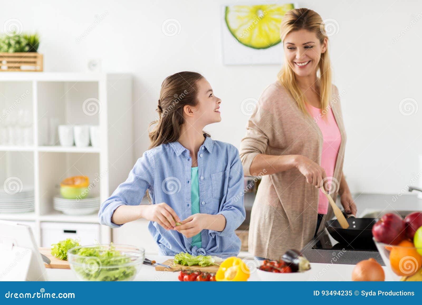 Familia feliz que cocina la cocina de la ensalada en casa for Canal cocina cocina de familia