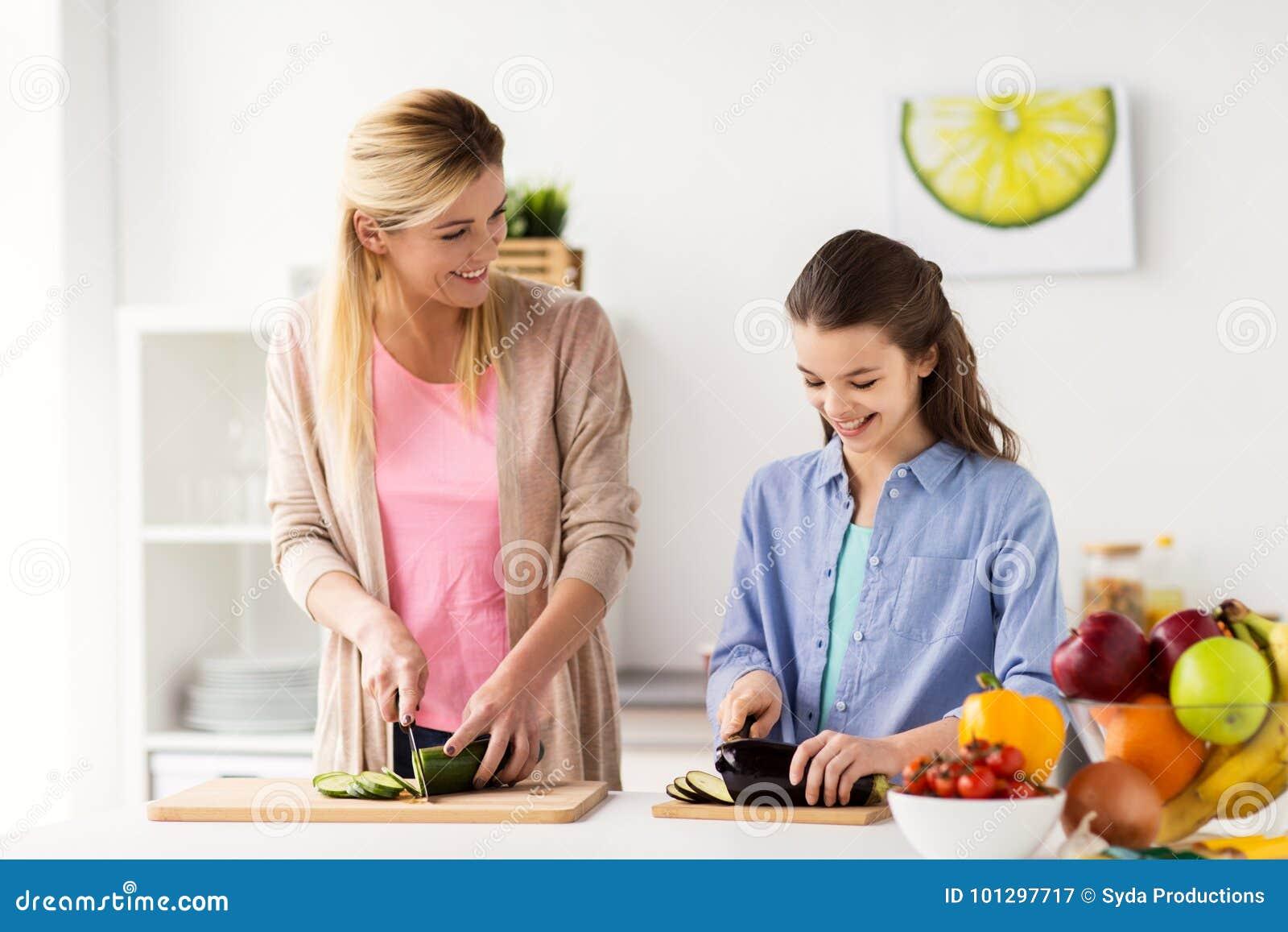 La Cocina De La Familia | Familia Feliz Que Cocina La Cocina De La Cena En Casa Imagen De