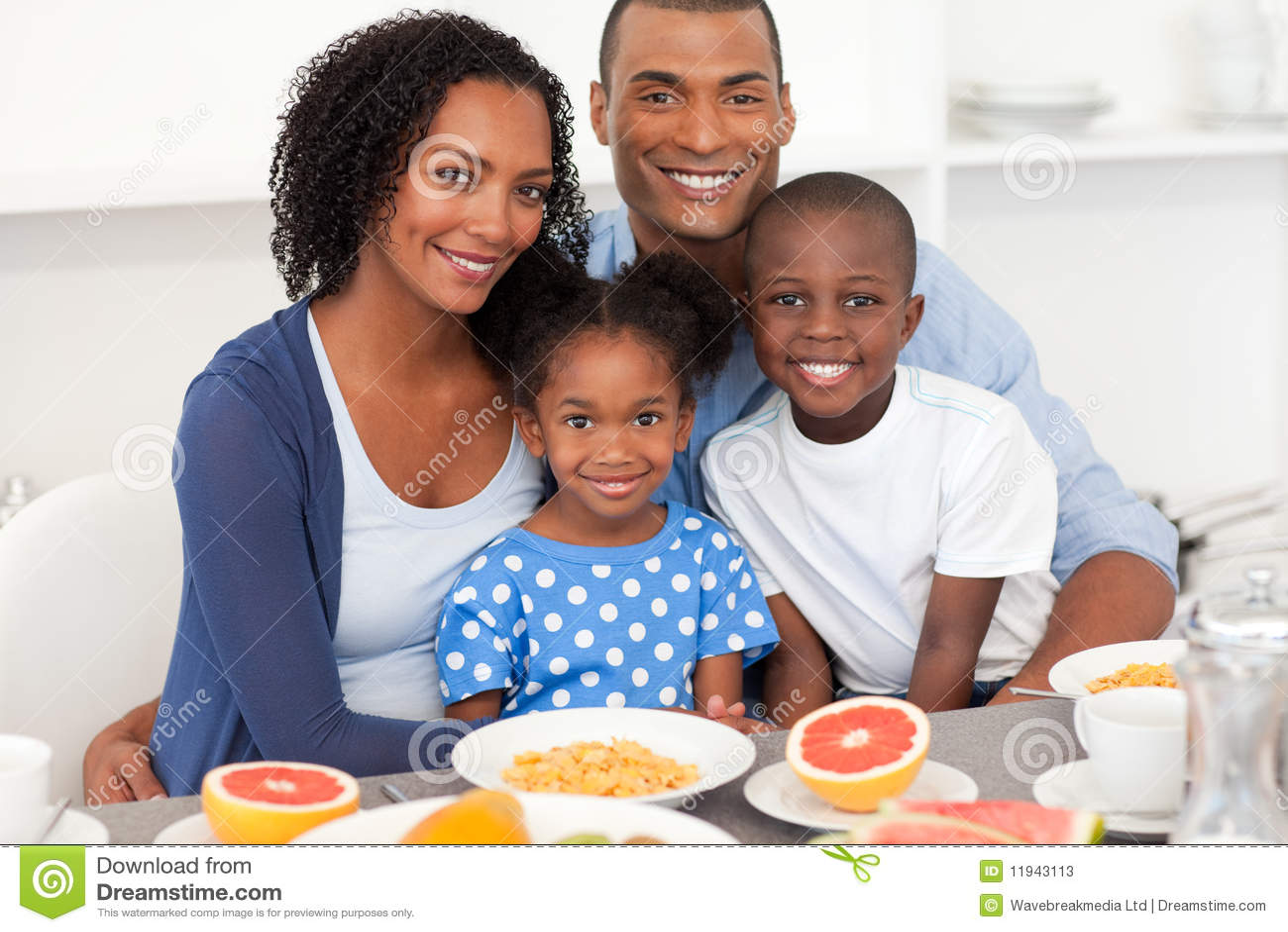 Familia feliz que desayuna sano