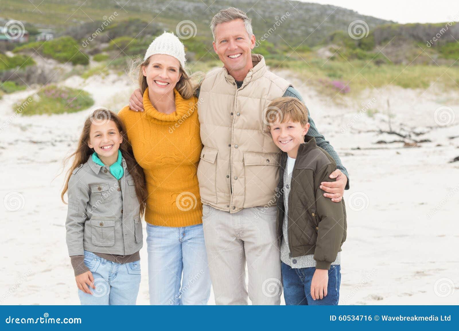Familia feliz que tiene un día de la familia hacia fuera