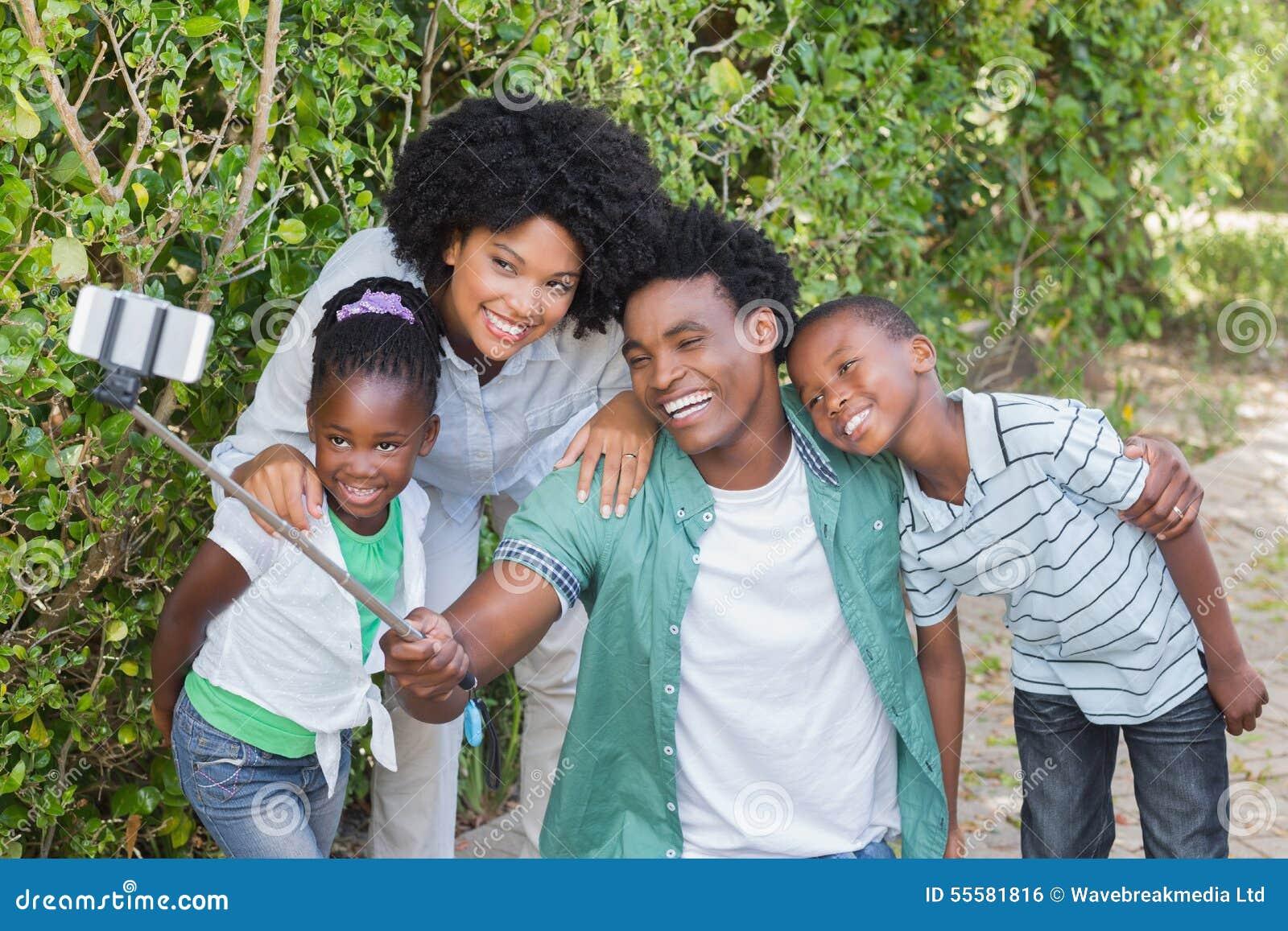 Familia feliz que toma un selfie