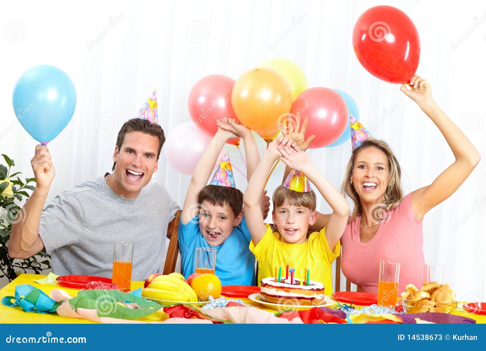 Familia feliz y cumpleaños