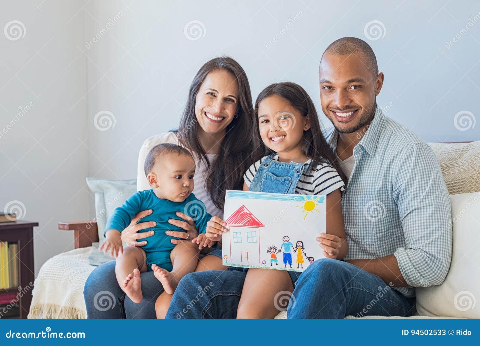 Familia feliz y nuevo hogar