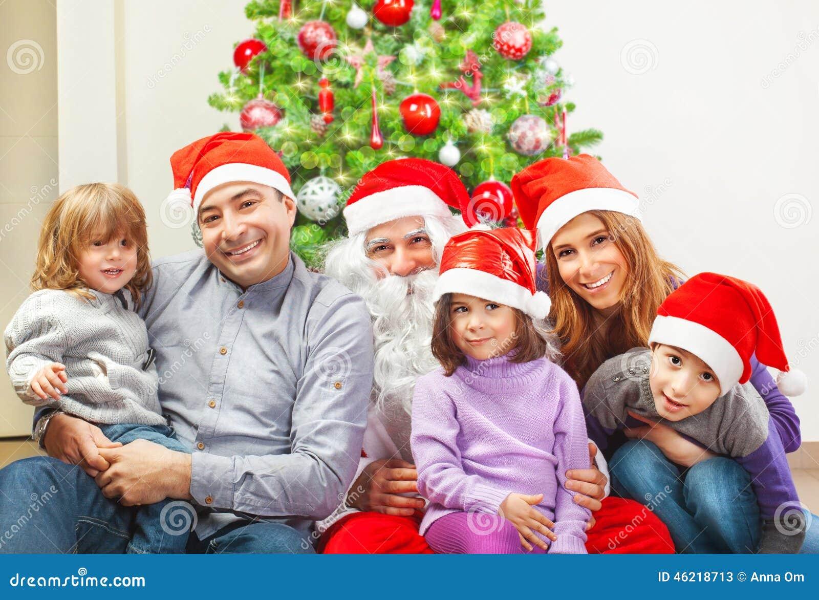 Familia grande cerca del árbol de navidad