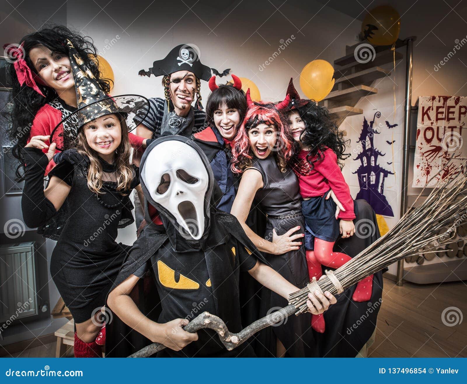 Familia grande en disfraces de Halloween