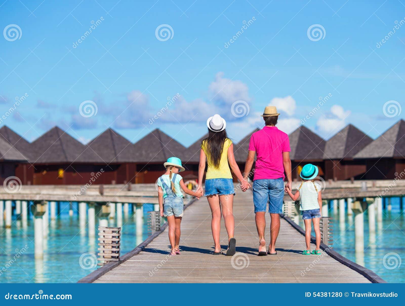 Familia hermosa el vacaciones de verano