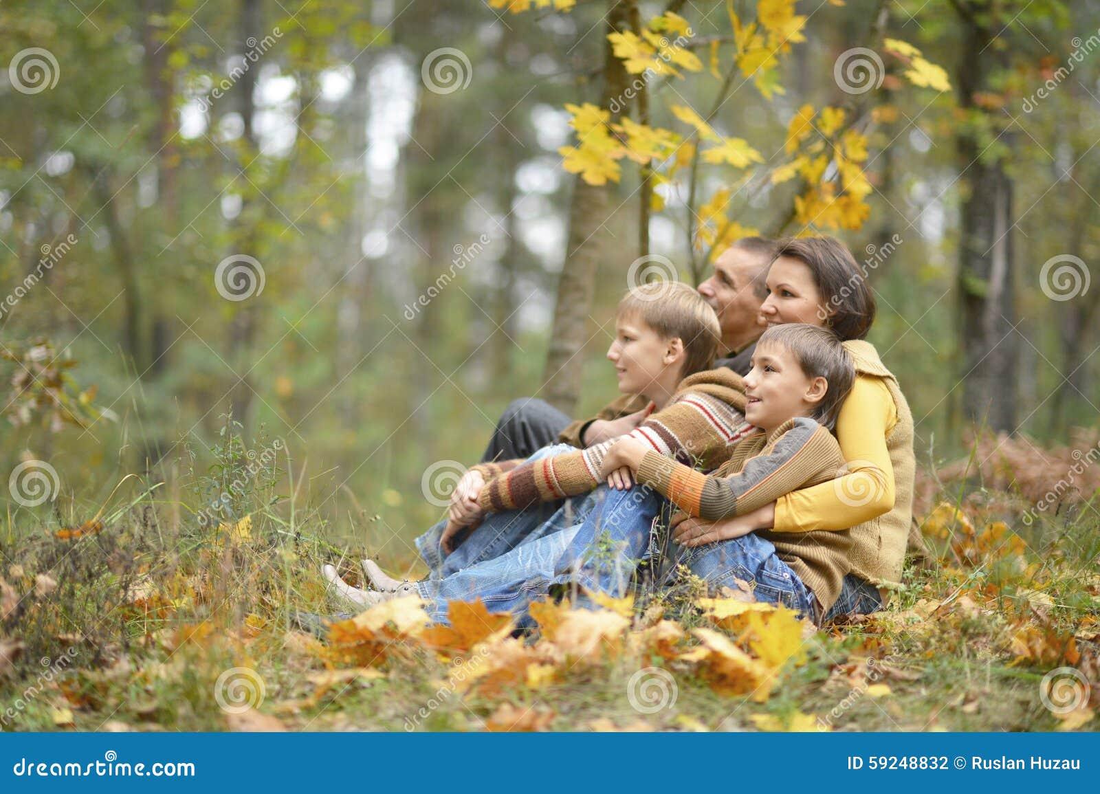 Familia hermosa feliz que se relaja