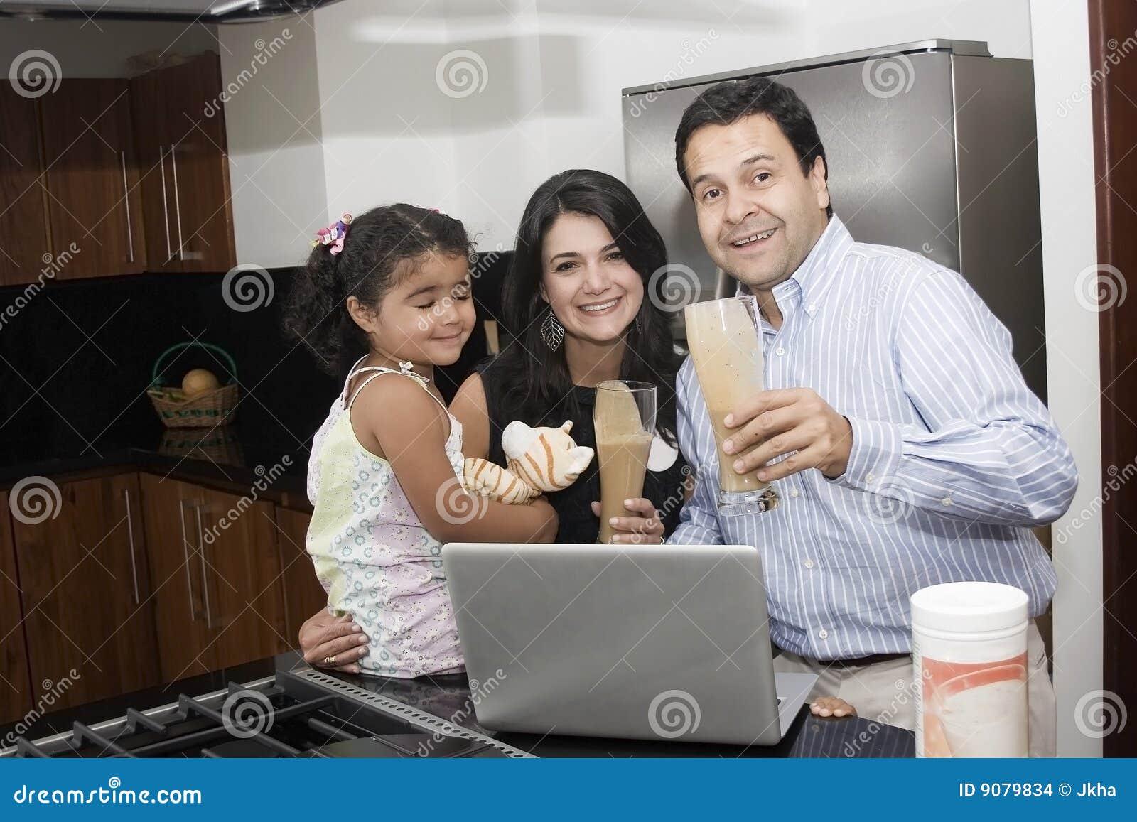 Familia hermosa que cocina en cocina imagenes de archivo for Cocina en familia