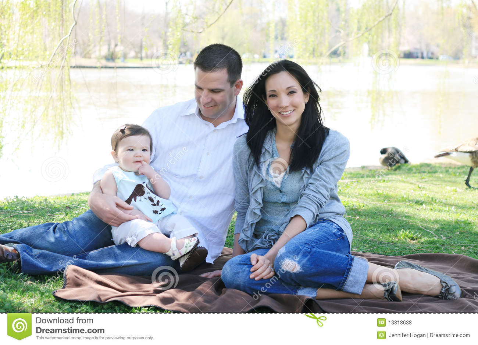 Familia hermosa que goza del parque