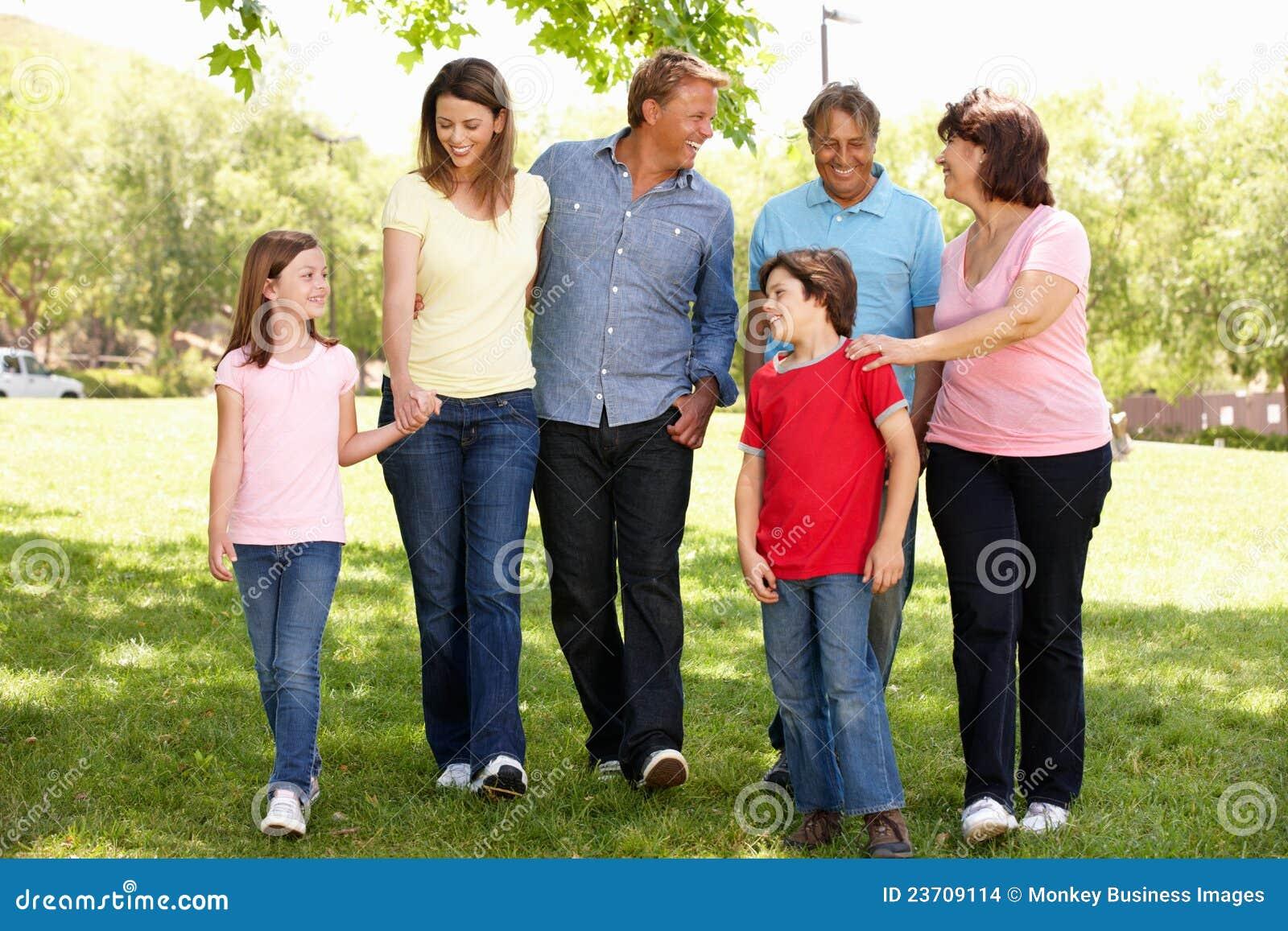 Familia hispánica de la generación de Mulit que recorre en parque