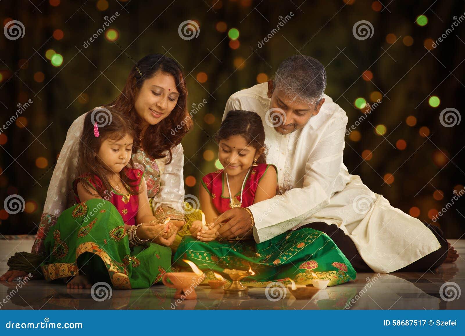 Familia india que celebra Diwali, fesitval de luces