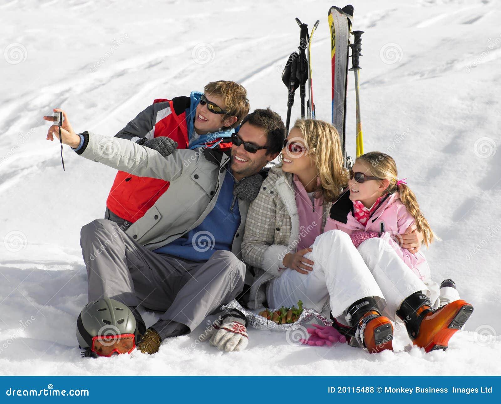 Familia joven el vacaciones del esquí