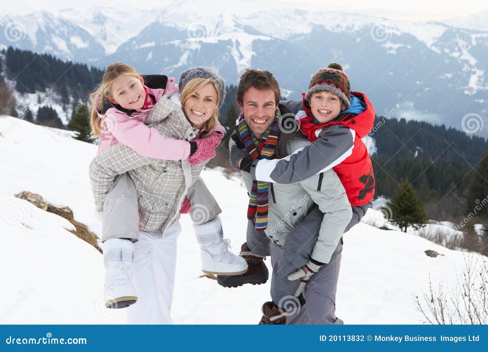 Familia joven el vacaciones del invierno