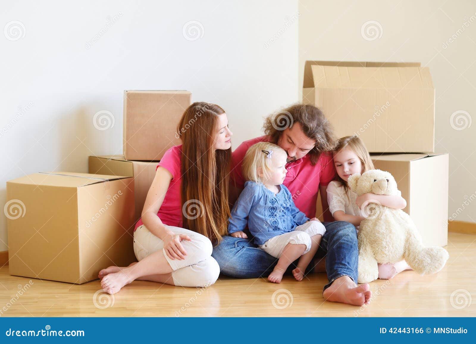 Familia joven feliz en su nuevo hogar
