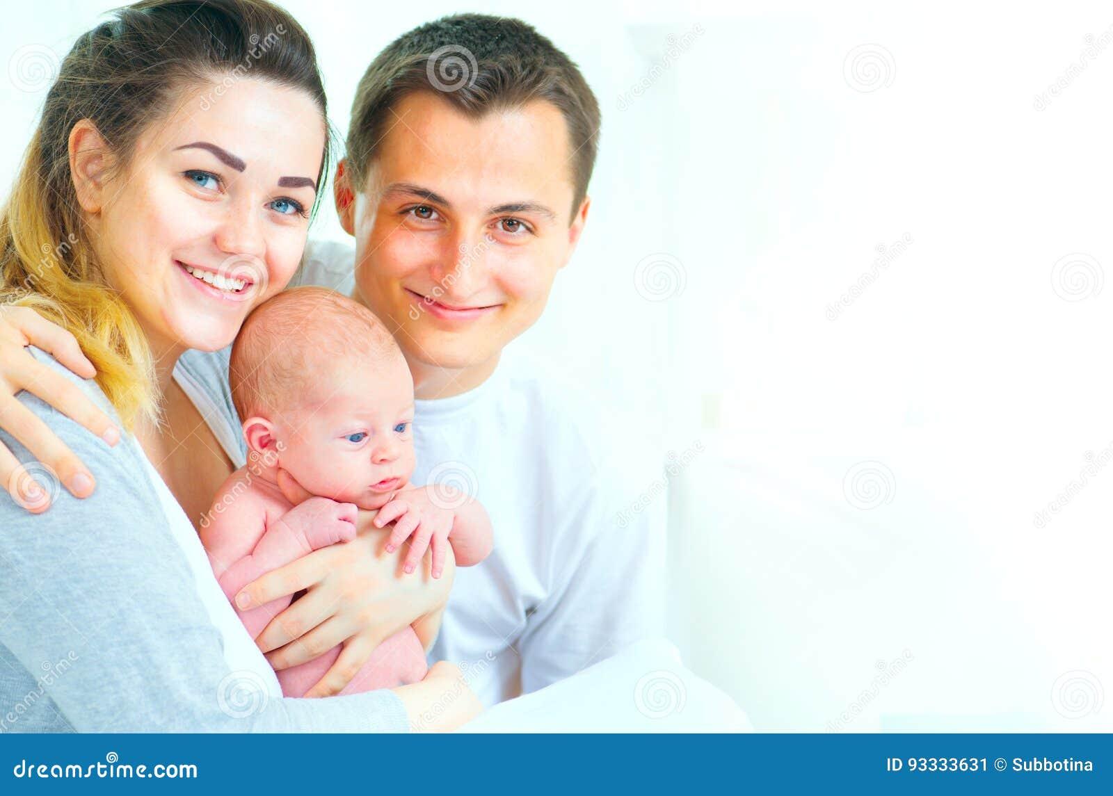 Familia joven feliz Padre, madre y su bebé recién nacido