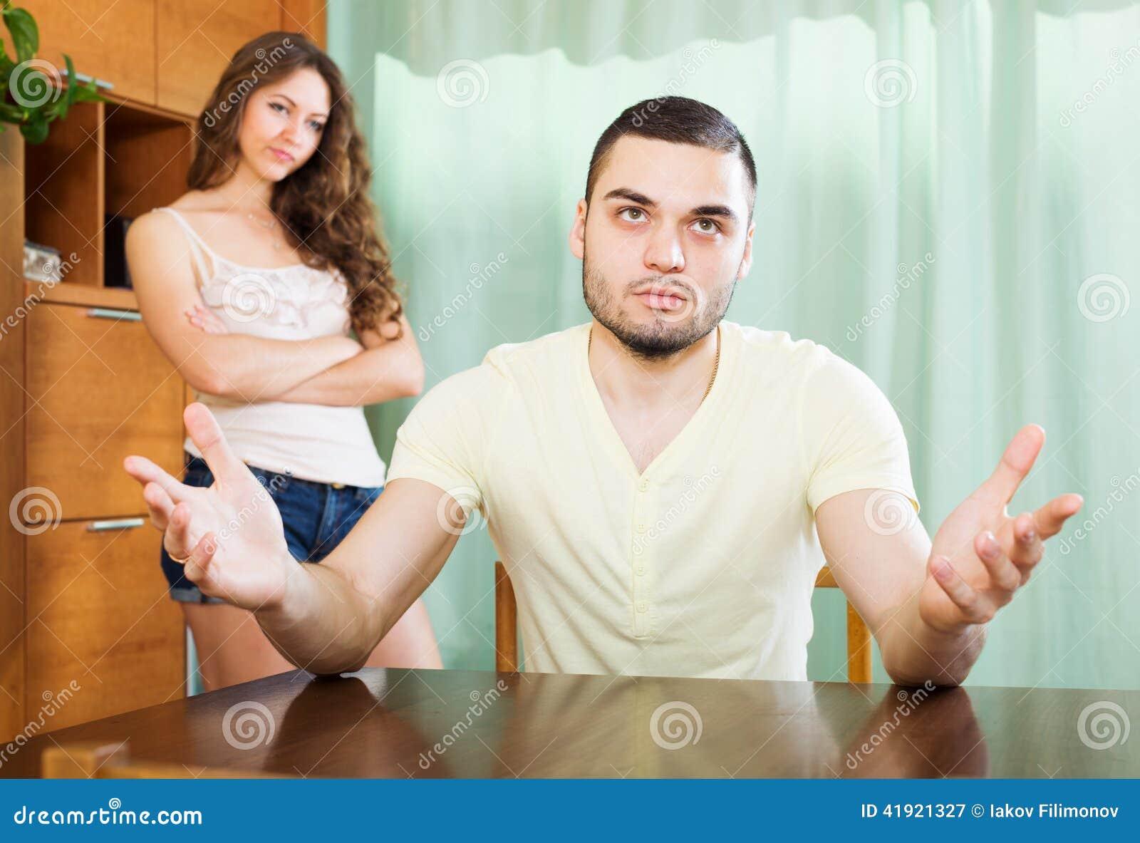 Familia joven que tiene pelea