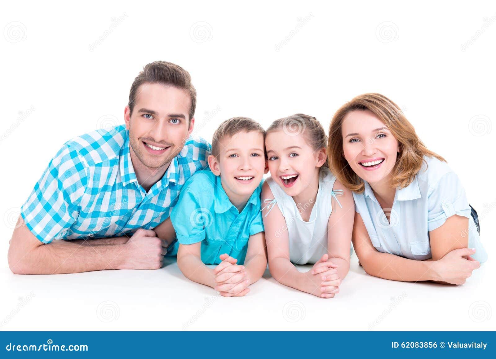 Familia joven sonriente feliz caucásica con dos niños