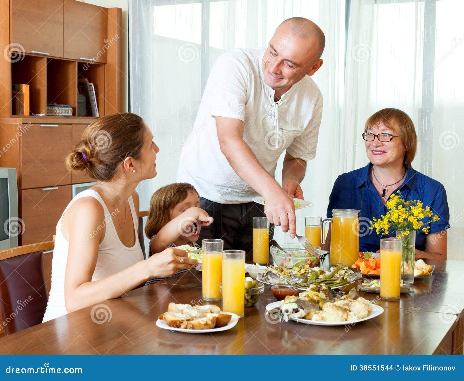 Familia junto sobre la mesa de comedor imagenes de archivo - El comedor de familia ...