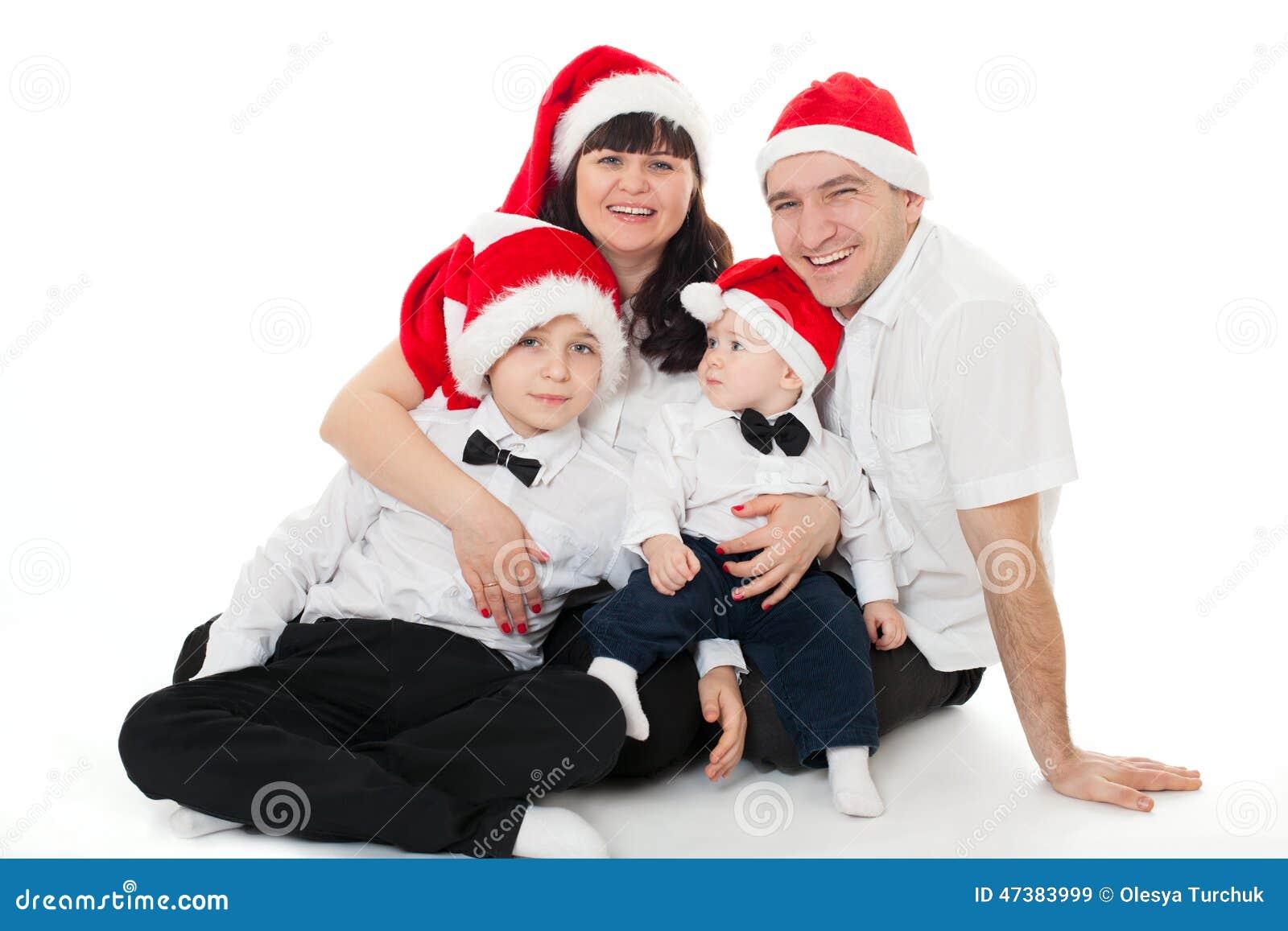 Familia linda feliz en los sombreros de santa