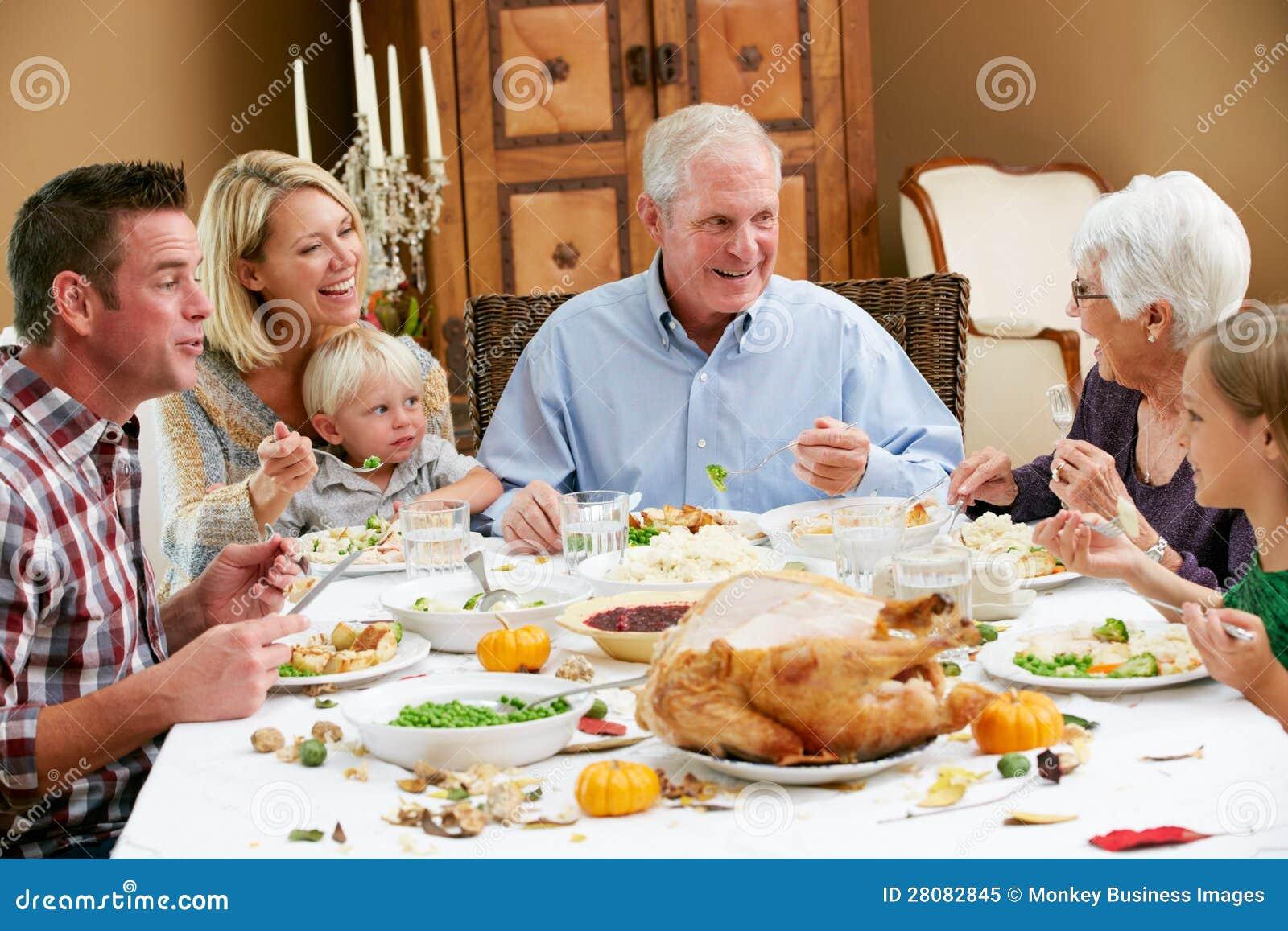 Familia multi de la generación que celebra acción de gracias