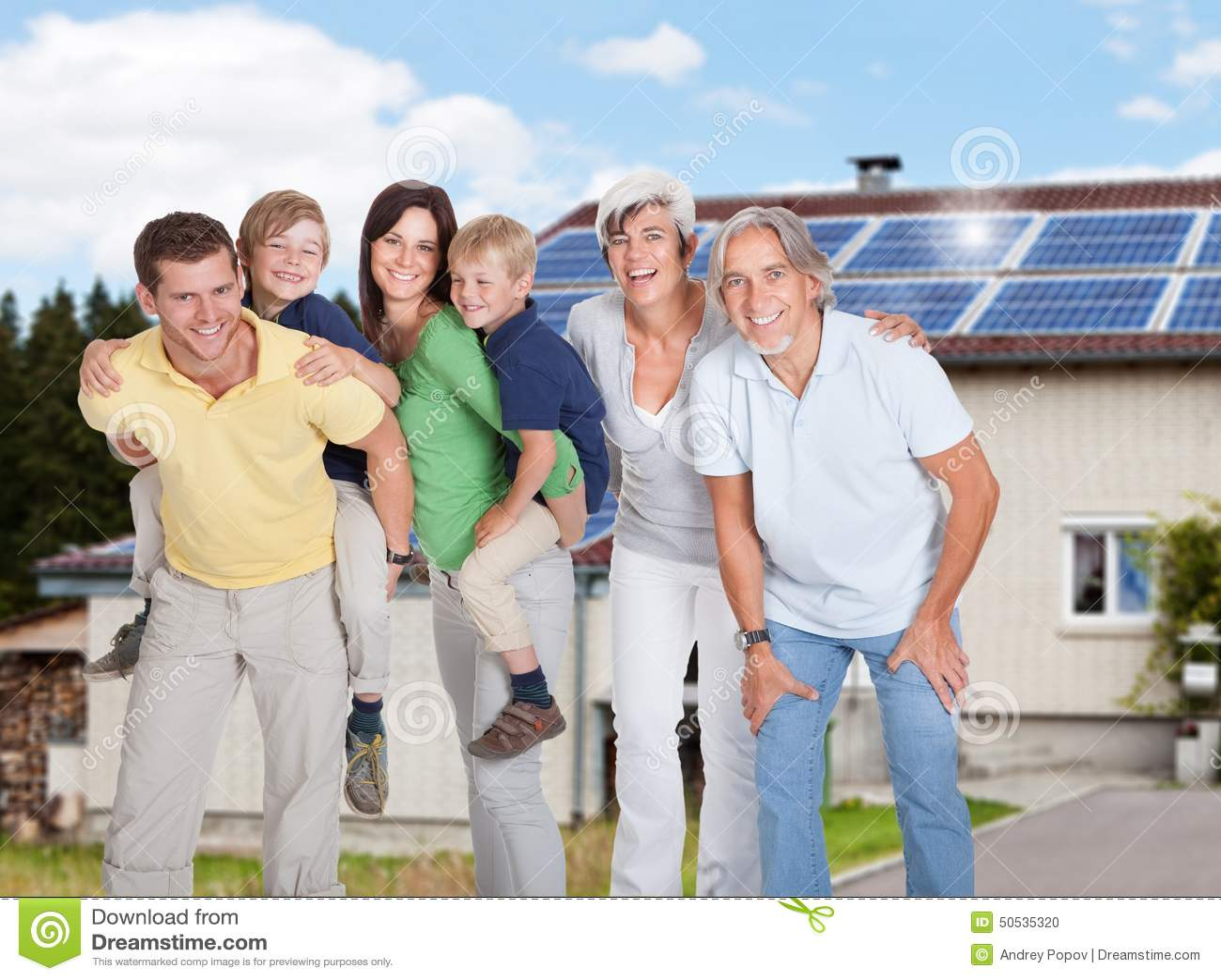 Familia multi de la generación que se opone a casa
