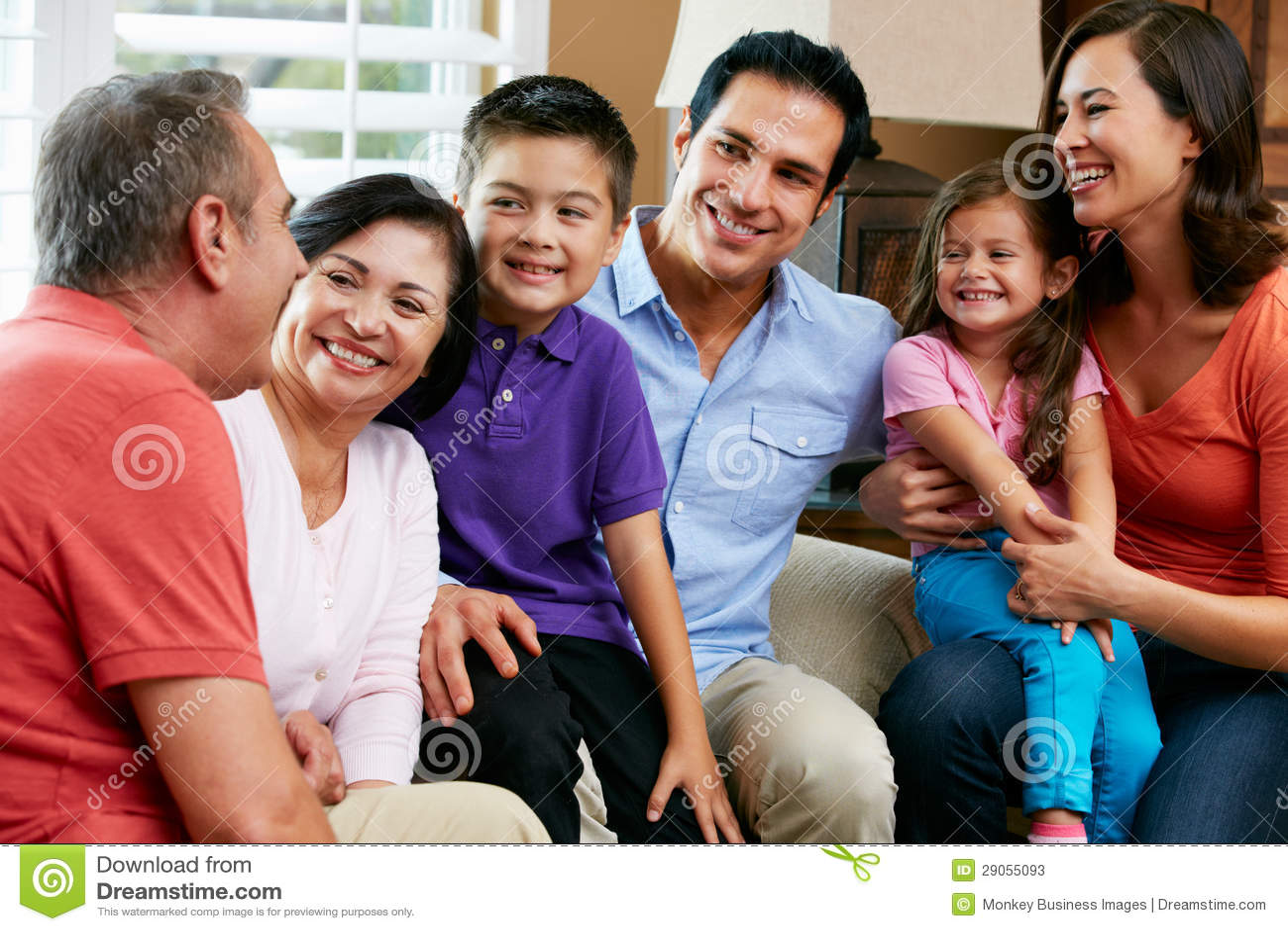 Familia multi de la generación que se relaja en casa junto