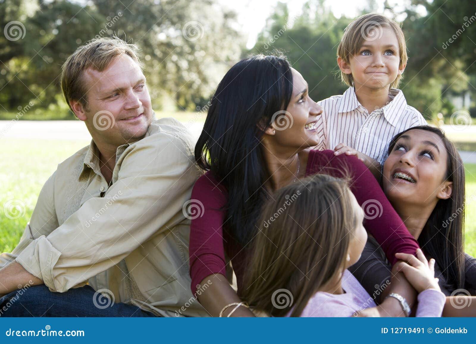 Familia multicultural moderna feliz
