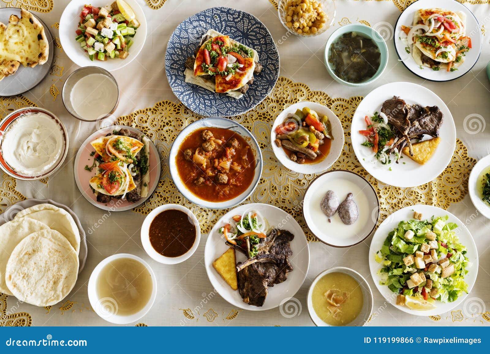 Familia musulmán que tiene un banquete del Ramadán