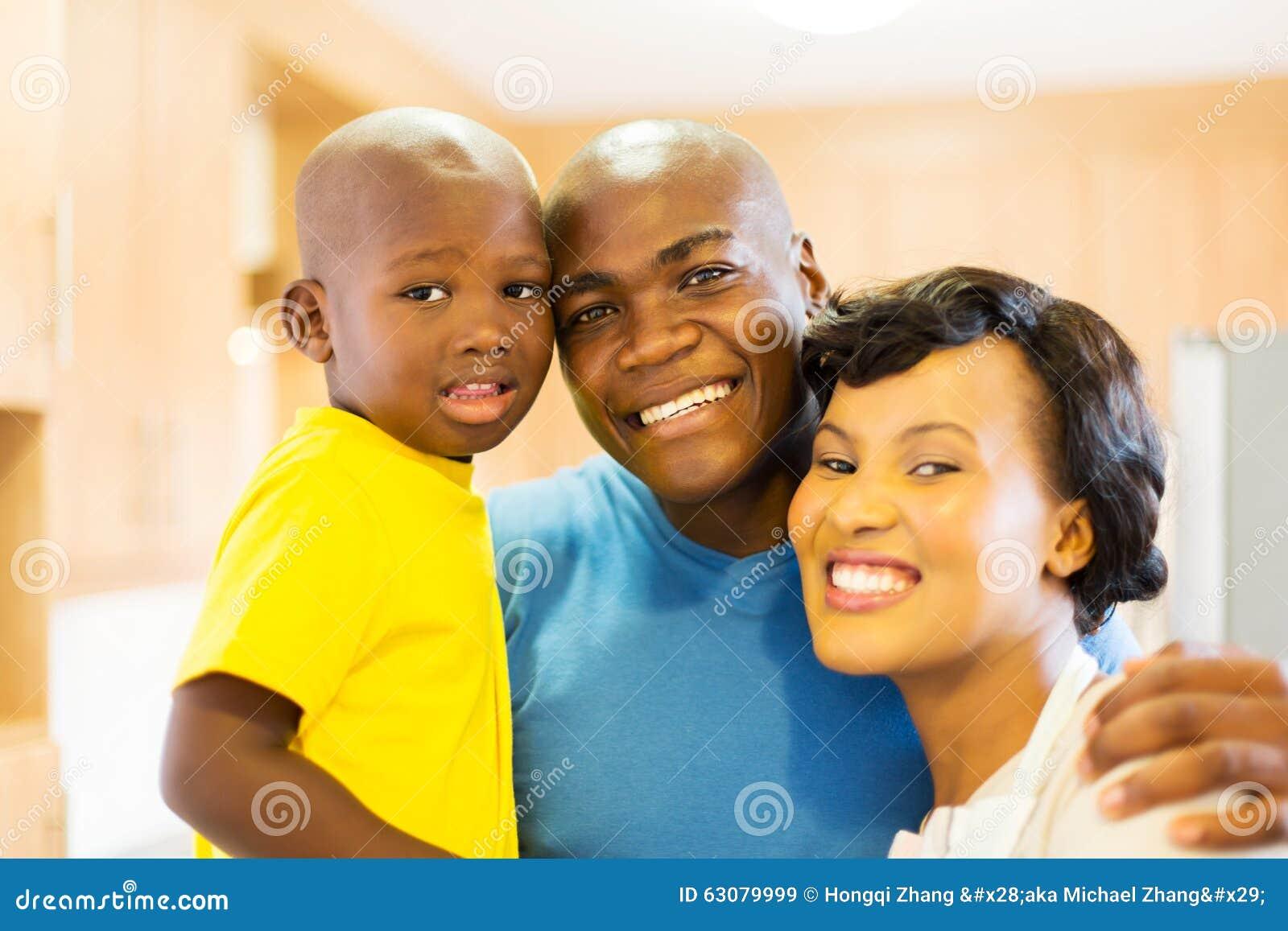 Familia negra joven