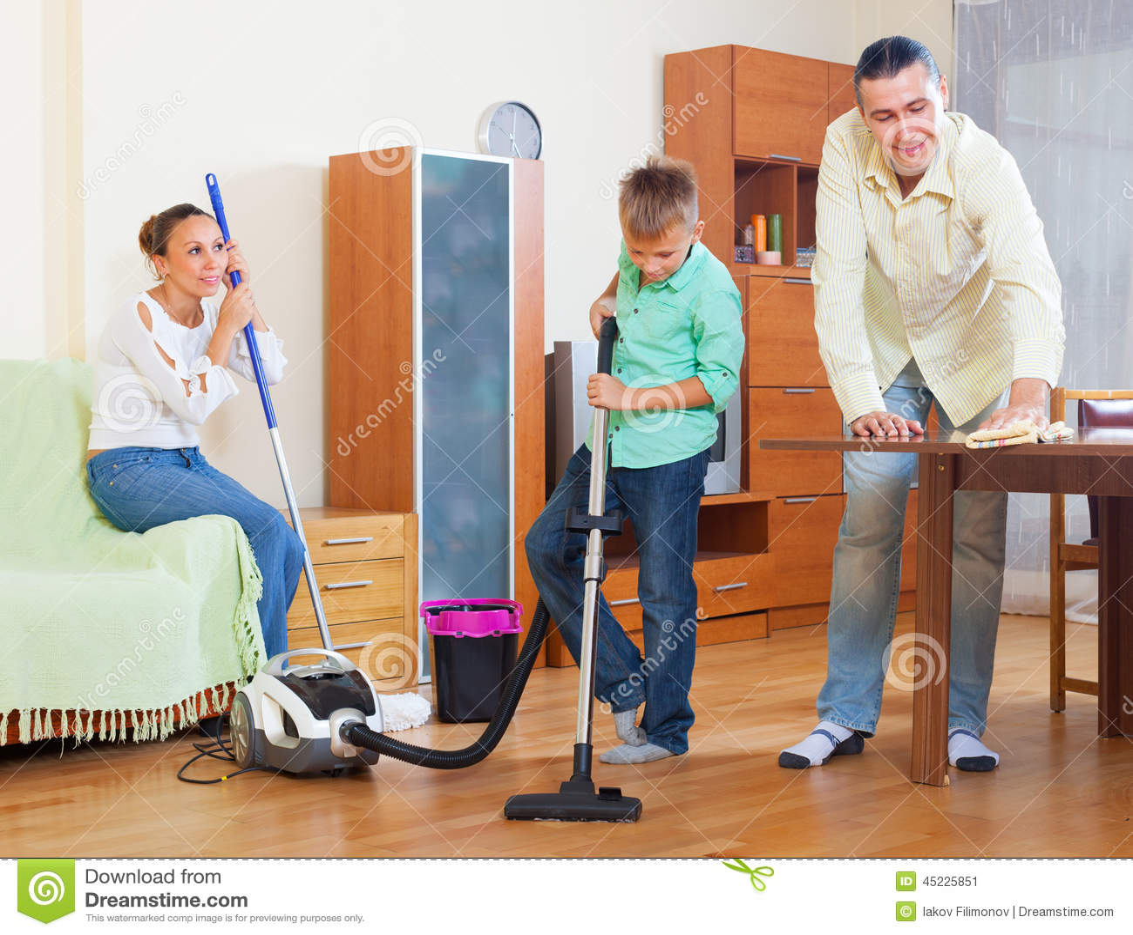 Familia ordinaria que hace la limpieza de la casa foto de - Limpieza en casa ...