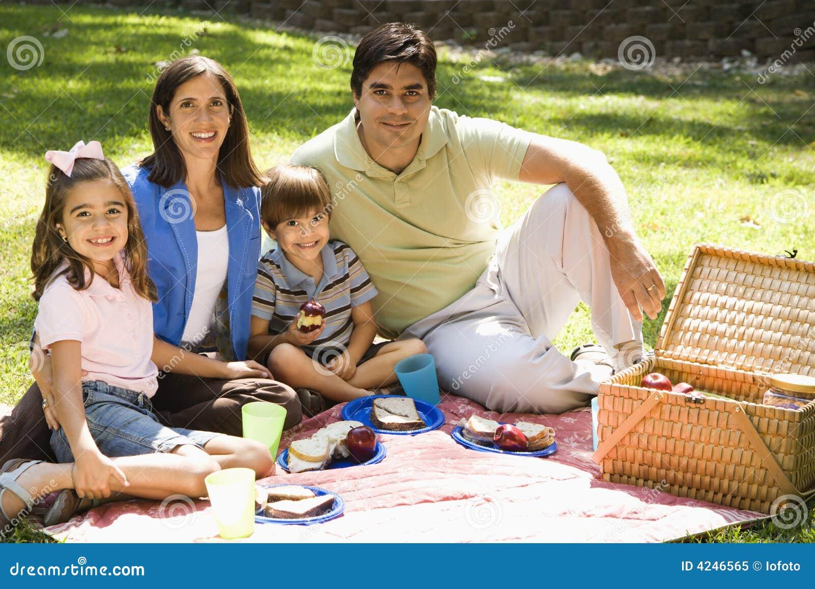Familia picnicing.