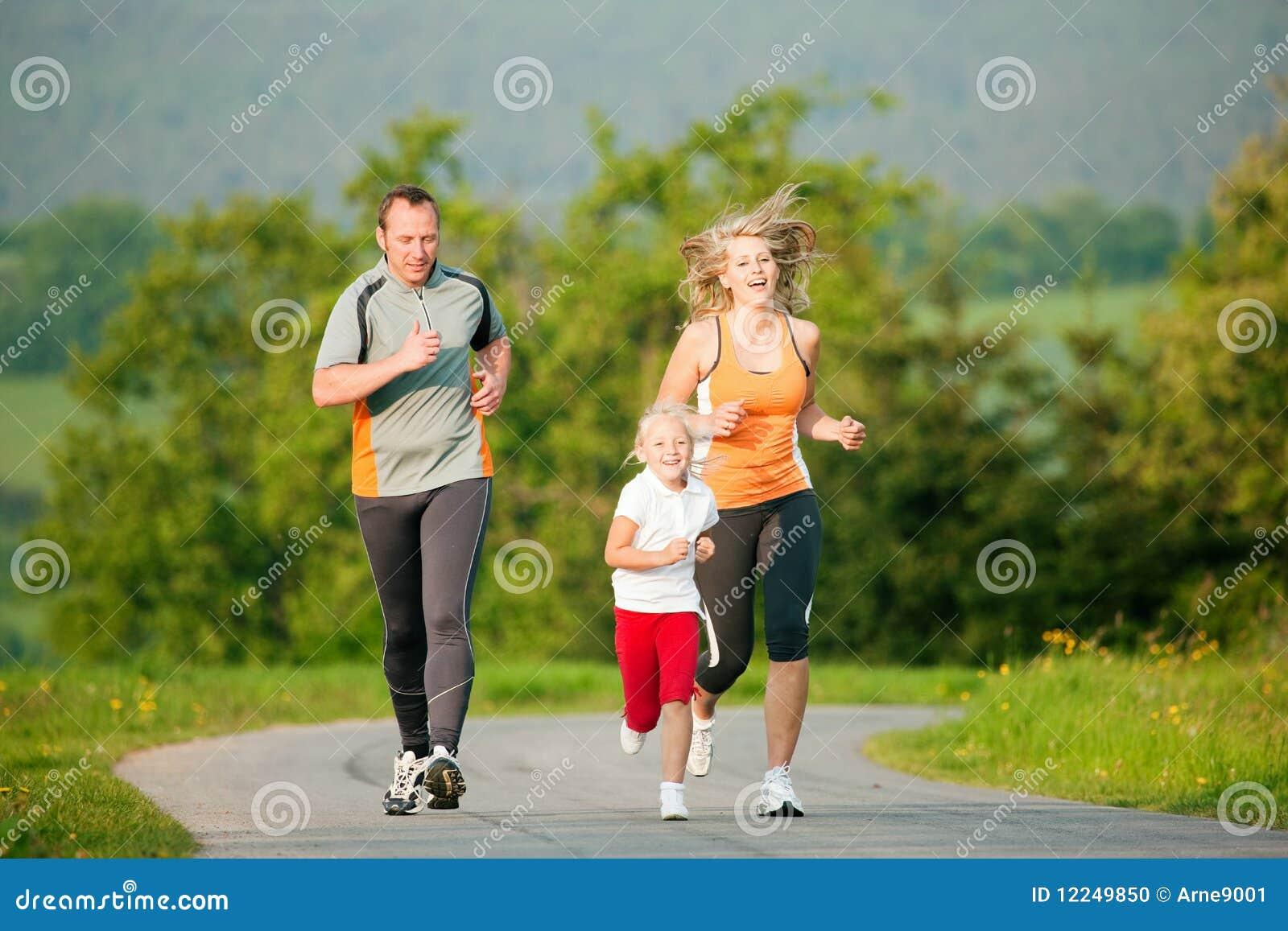 Familia que activa al aire libre