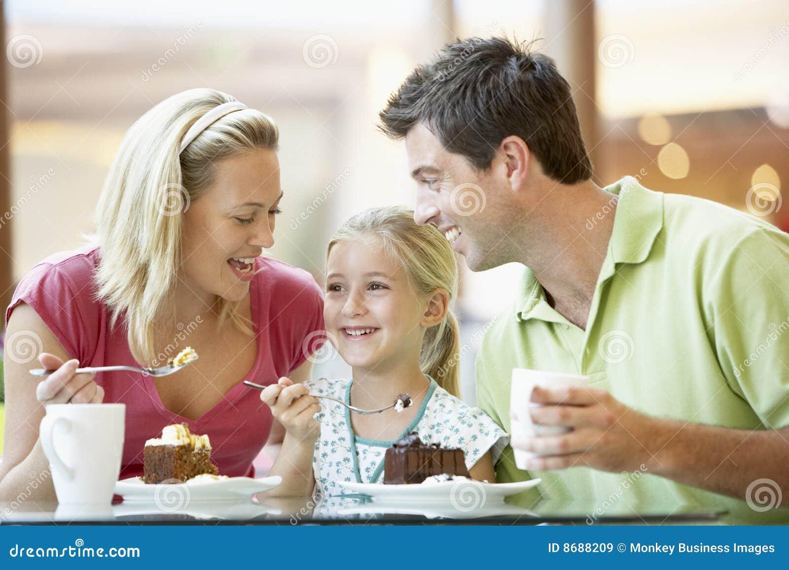 Familia que almuerza junto en la alameda